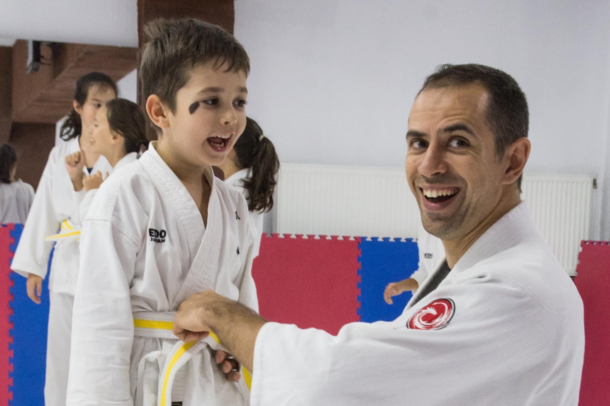 Curs de autoaparare pentru copii și adulți, jujutsu pentru începători și avansați, luptă la sol, ne waza, judo, grupe începători, proiectări, imobilizări, strangulări, grappling, jujutsu, jiu jitsu, bjj, brasilian jiu jitsu, gjj, gracie jiu jitsu, autoapărare, București, Jigoro Kano, Helio Gracie