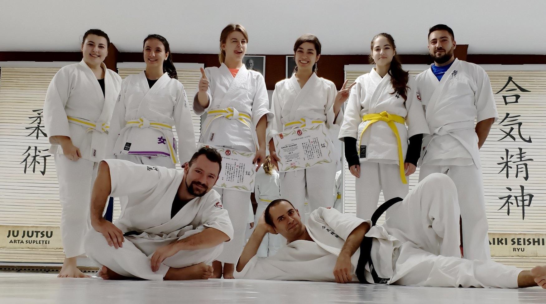 Curs de autoaparare pentru adulți, jujutsu pentru începători și avansați, bjj și judo făcute împreună, luptă la sol, ne waza, proiectări, imobilizări, strangulări, grappling, jujutsu, jiu jitsu, bjj, brasilian jiu jitsu, gjj, gracie jiu jitsu, autoapărare, București, Jigoro Kano, Helio Gracie